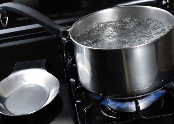 O que fazer para a panela não escurecer na hora de cozer os alimentos