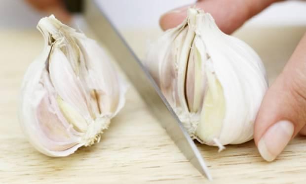 Como retirar o cheiro de alho nas mãos 1