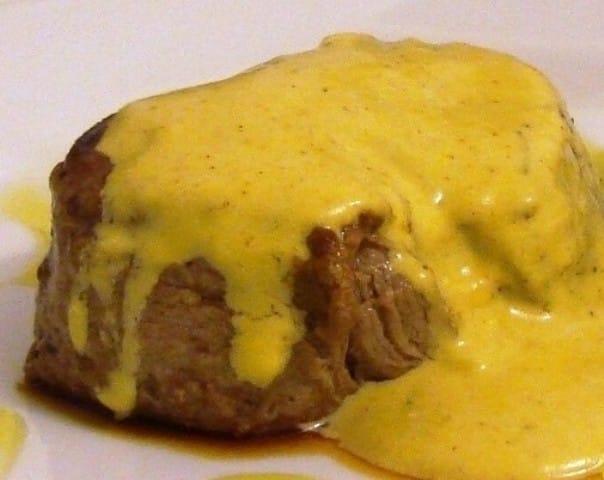 Bife com molho de mostarda