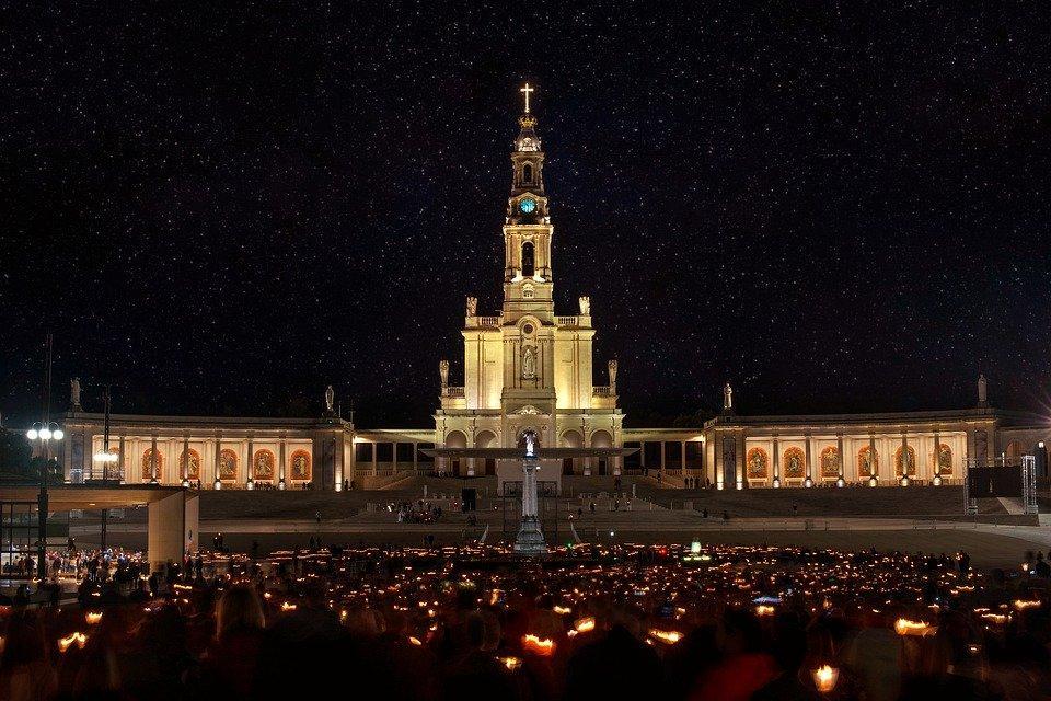 Fonte: https://cdn.pixabay.com/photo/2019/10/14/18/21/church-4549668_960_720.jpg