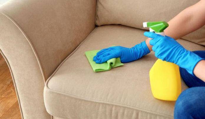 Como tirar manchas de tinta de caneta do sofá de tecido