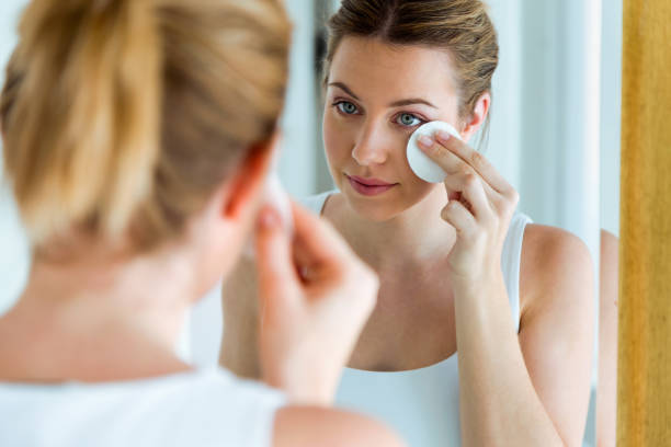 Como devo limpar o rosto
